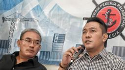 Ketum FPPI Nova Sofyan Hakim memberi keterangan saat konferensi pers, Jakarta (16/1). Tata kelola pelabuhan tersebut berorientasi kepada aturan UU dalam kasus kontrak JICT dan juga kontrak TPK Koja yang habis Oktober 2018. (Liputan6.com/Faizal Fanani)