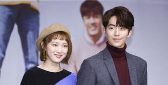 "Lee Sung Kyung dan Nam Joo Hyuk hadiri konferensi pers serial drama terbarunya yang berjudul ""Weightlifting Fairy Kim Bok Joo"". Sung Kyung dan Joo Hyuk diminta pendapat soal drama lain yang dibintangi Lee Minho dan Jun Ji Hyun. (doc.Soompi)"