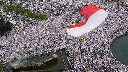 Sebuah bendera merah putih dikibarkan saat aksi damai di Bundaran Patung Kuda, Jakarta, Jumat (4/11). Massa menuntut  Gubernur Basuki T Purnama ditangkap atas dugaan penistaan agama. (Foto diambil dari gedung Indosat/Liputan6.com/Ferry Pradolo)