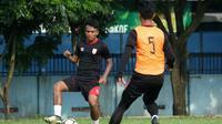 Aksi pemain Persis Solo, Dedi Tri Maulana (membawa bola). (Bola.com/Vincentius Atmaja)