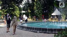 Warga menikmati kembali suasana ruang terbuka hijau Taman Suropati, Jakarta, Sabtu (23/10/2021). Pemerintah Provinsi DKI Jakarta kembali membuka 59 Ruang Terbuka Hijau (RTH) yang ditutup karena pandemi Covid-19. (Liputan6.com/Helmi Fithriansyah)