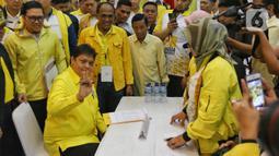 Ketum Golkar Airlangga Hartarto mendaftarkan diri sebagai calon ketua umum Golkar di DPP Partai Golkar, Jakarta, Senin (2/12/2019). Partai Golkar akan melaksanakan Musyawarah Nasional pada 3 Desember 2019 dengan salah satu agendanya pemilihan ketua umum periode 2019-2024. (Liputan6.com/Johan Tallo)