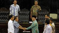 Jokowi-JK saat mempraktekkan sendiri prosesi yang harus mereka jalani saat pelantikan di gedung MPR/DPR, Jakarta, (19/10/14). (Liputan6.com/Johan Tallo)
