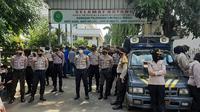 Polisi amankan sidang vonis Eks Pimpinan Front Pembela Islam (FPI) Muhammad Rizieq Shihab di Pengadilan Negeri Jakarta Timur. (Liputan6.com/Yopi Makdori)