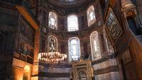Seorang perempuan mengunjungi bagian dalam Hagia Sophia di Istanbul, Turki pada 10 Juli 2020. Sebelum menjadi museum, Hagia Sophia adalah Katedral lalu berubah menjadi masjid saat Kekhalifahan Utsmaniyah pada tahun 1453. (Ozan KOSE/AFP)