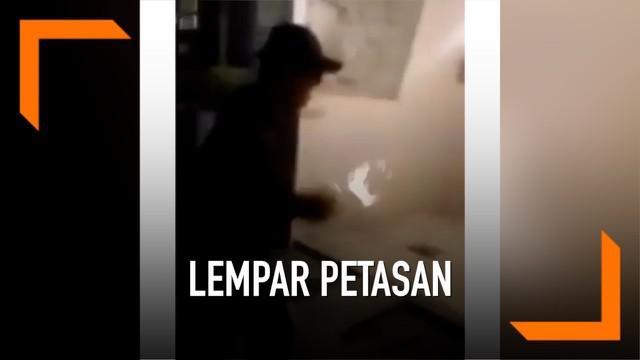 Sebuah video viral di media sosial. Menunjukkan aksi remaja yang nekat membangunkan sahur dengan cara melempar petasan ke dalam rumah warga. Sontak, apa yang dilakukan remaja tersebut dikecam warganet karena dianggap berbahaya.