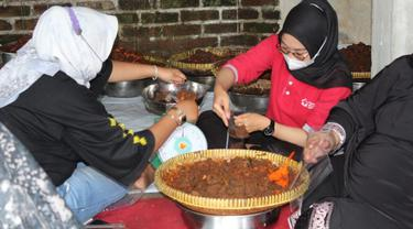 Warga Galuang memasak rendang untuk perantau. (Liputan6.com/ ist)