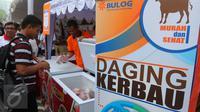Pengunjung saat memilih daging kerbau pada acara sosialisasi di Kantor Perum Bulog, Jakarta, Jumat (2/9). Pemerintah melalui Bulog memang menargetkan akan mendatangkan 750 ton daging kerbau impor dari India. (Liputan6.com/Angga Yuniar)