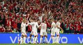 Para pemain Denmark melakukan selebrasi usai Joakim Maehle mencetak gol ke gawang Rusia pada pertandingan Grup B Euro 2020 di Stadion Parken, Kopenhagen, Denmark, Senin (21/6/2021). Denmark menang 4-1. (Jonathan Nackstrand/Pool via AP)