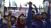 Elemen Buruh melakukan aksi di depan Gedung MPR/DPR/DPD Jakarta, Rabu (12/2/2020). Dalam aksinya mereka menolak draft Rancangan Undang-Undang Omnibus Law Cipta Lapangan Kerja. (Liputan6.com/Johan Tallo)
