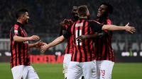 Para pemain AC Milan merayakan gol yang dicetak Franck Kessie ke gawang Empoli pada laga Serie A di Stadion San Siro, Milan, Jumat (22/2). Milan menang 3-0 atas Empoli. (AFP/Marco Bertorello)