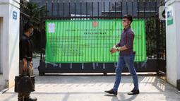 Warga melintas di depan pagar gedung Pengadilan Negeri Jakarta Pusat, Rabu (7/10/2020). Pengadilan Negeri Jakarta Pusat menghentikan aktivitas selama tiga hari terhitung Rabu 7 Oktober hingga 9 Oktober 2020 karena adanya hasil tes pegawai yang reaktif COVID-19. (Liputan6.com/Helmi Fithriansyah)