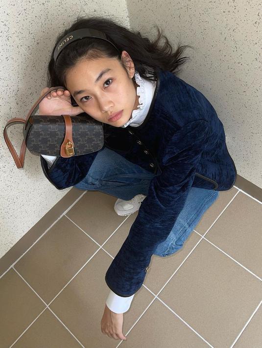 Sebagai model, Jung Ho Yeon terbiasa dengan memadukan beragam outfit. Untuk OOTD dengan warna navy, Jung Ho Yeon memadukan suede blazer berwarna navy dengan kemeja putih dan mini sling bag dari Celine.(instagram/hoooooyeony)