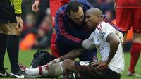 Gelandang Manchester United, Ashley Young, saat mendapat perawatan dari tim medis ketika menghadapi Liverpool, di ajang Premier League, Minggu (17/1/2016). (AFP/Paul Ellis)