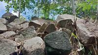 Tumpukan balok batu di Desa Ponjen, Kecamatan Karanganyar, Kabupaten Purbalingga yang semula dikira bahan bangunan candi. (Liputan6.com/ Rudal Afgani)