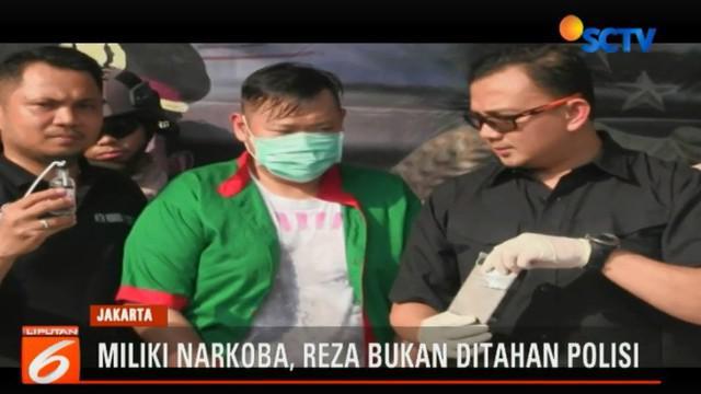 Selain menangkap Reza, polisi juga masih memburu seorang pelaku berinisial PC yang diduga menjadi pemasok narkotika.