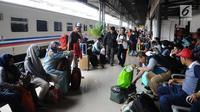 Calon penumpang kereta api menunggu pemberangkatan di Stasiun Pasar Senen, Jakarta, Selasa (16/4). PT KAI Daop 1 Jakarta mengoperasikan 11 KA tambahan dari Stasiun Gambir dan Pasar Senen. (Liputan6.com/Herman Zakharia)