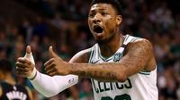 Point guard Boston Celtics Marcus Smart membantu kemenangan timnya atas Milwaukee Bucks pada game kelima perempat final wilayah timur NBA 2018 di TD Garden, Rabu (25/4/2018). (MADDIE MEYER / GETTY IMAGES NORTH AMERICA / AFP)