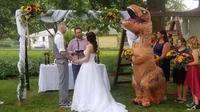 Bridesmaid pakai kostum T-rex di acara perniakhan. (Sumber: Elite Readers)