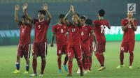 Pemain Timnas Indonesia merayakan kemenangan atas Kamboja pada laga persahabatan di Stadion Patriot Candrabhaga, Bekasi, Rabu (4/10). Timnas Indonesia menang 3-1 atas Kamboja. (Liputan6.com/Helmi Fithriansyah)