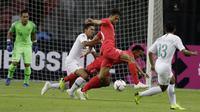 Bek Timnas Indonesia, Ricky Fajrin, berusaha merebut bola saat melawan Singapura pada laga Piala AFF 2018 di Stadion Nasional, Singapura, Jumat (9/11). Singapura menang 1-0 atas Indonesia. (Bola.com/M. Iqbal Ichsan)