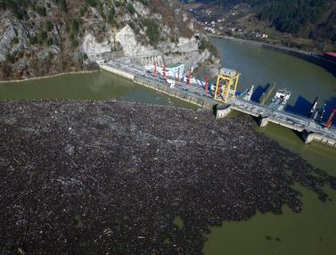 FOTO: Hamparan Sampah Sumbat Sungai Drina di Bosnia