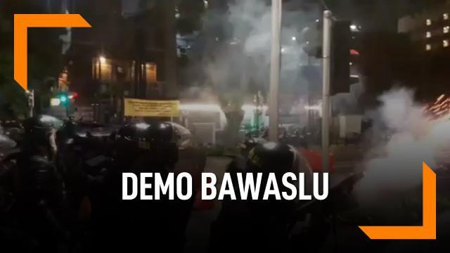 Polisi membubarkan demonstrasi susulan di depan gedung Bawaslu dengan tembakan gas air mata.