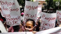 Masa yang tergabung gerakan bela korban pinjaman online menggelar aksi di depan PN Jakarta Pusat, Jakarta, Rabu (6/2). Mereka meminta kepada masyarakat untuk waspada terhadap rentenir online. (Liputan6.com/Johan Tallo)