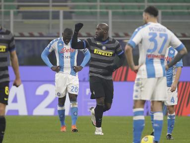 Striker Inter Milan, Romelu Lukaku, melakukan selebrasi usai mencetak gol melalui eksekusi penalti ke gawang Napoli dalam laga lanjutan Liga Italia 2020/21 Serie A pekan ke-12 di San Siro Stadium, Rabu (16/12/2020). Inter menang 1-0 atas Napoli. (AP/Luca Bruno)