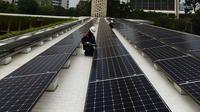 Teknisi melakukan pemeriksaan instalasi panel surya di Masjid Istiqlal, Jakarta, Kamis (3/9/2020). Sebanyak 506 panel surya dengan kapasitas untuk pencahayaan area masjid dengan total daya sebesar 150.000 watt atau setara dengan daya 115 rumah dengan langganan 1300 watt. . (merdeka.com/Imam Buhori)