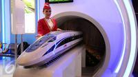Model berpose di sisi miniatur kereta cepat saat pameran INAPA 2017 di JIExpo Kemayoran, Jakarta, Rabu (29/3). Pameran ini berlangsung di Hall B1 JIExpo Kemayoran. (Liputan6.com/Helmi Fithriansyah)