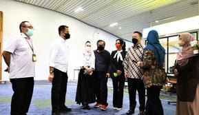 Stakeholder sektor kesehatan nasional meninjau langsung pelaksanaan tes PCR bagi penumpang dari luar negeri yang baru mendarat di Bandara Soekarno-Hatta.