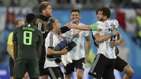 Para pemain Argentina merayakan kemenangan atas Nigeria pada laga grup D Piala Dunia di Stadion St Petersburg, St Petersburg, Selasa (26/6/2018)/ Argentina menang 2-1 atas Nigeria. (AP/Dmitri Lovetsky)