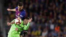 Bek Barcelona, Clement Lenglet, duel udara dengan pemain Levante, Ruben Rochina, pada laga La Liga 2019 di Stadion Camp Nou, Sabtu (27/4). Barcelona menang 1-0 atas Levante. (AP/Manu Fernandez)