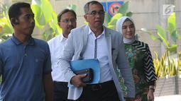 Dirut Pertamina, Nicke Widyawati (kanan) berjalan akan menjalani pemeriksaan penyidik di Gedung KPK, Jakarta, Senin (10/06/2019). Nicke Widyawati diperiksa sebagai saksi untuk tersangka mantan Dirut PLN Sofyan Basir terkait kasus dugaan suap proyek pembangunan PLTU Riau-1. (merdeka.com/Dwi Narwoko)