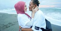 Sule dan Nathalie Holscher kerap menebar berita bahagia sejak awal kedekatan mereka hingga akhirnya resmi menikah. Kini keduanya tengah menikmati momen bahagia menjadi pasangan pengantin baru. (Instagram/ferdinand_sule)