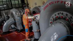 Aktivitas pekerja di Pembangkit Listrik Tenaga Air (PLTA) Bengkok, Bandung, Jawa Barat, Jumat (19/10). PLTA yang berada di kawasan Dago ini adalah pembangkit tertua kedua di Indonesia. (Liputan6.com/Faizal Fanani)
