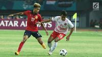Pemain sayap Timnas Indonesia, Febri Hariyadi (kanan) berusaha mengecoh pemain Laos, Bounkong Bounphachan pada penyisihan Grup A Sepak Bola Asian Games 2018 di Stadion Patriot Candrabhaga, Bekasi, Jumat (17/8). (Liputan6.com/Helmi Fithriansyah)