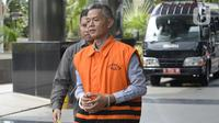 Mantan Komisioner KPU, Wahyu Setiawan dikawal petugas berjalan akan menjalani pemeriksaan oleh penyidik di Gedung KPK, Jakarta, Senin, (27/01/2020). Wahyu diperiksa sebagai tersangka terkait kasus dugaan penerimaan hadiah atau janji penetapan anggota DPR Terpilih 2019-2024. (merdeka.com/Dwi Narwoko)
