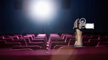 Perekaman ilegal di bioskop.