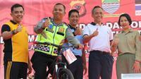 Anggota Satuan Lalu Lintas Polsek Cicendo Brigadir Polisi Natan Doris diberi penghargaan oleh Kapolrestabes Bandung karena dianggap melaksanakan tugas dengan baik. (Dok. Humas Polrestabes Bandung)