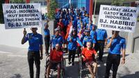 Sejumlah mahasiswa Akbara Surakarta mengantar para penghuni Griya PMI Peduli usai mengkuti pengibaran bendera setengah tiang.(Liputan6.com/Fajar Abrori)