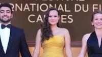 Aktivis lingkungan Indonesia Melati Wijsen tampil stunning dengan gaun kuning rancangan Yogie Pratama di karpet merah Festival Film Cannes, Prancis. (Foto: Instagram @melatiwijsen)