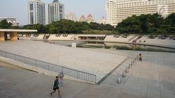 Warga berolahraga di Taman Lapangan Banteng, Jakarta, Kamis (20/6/2019). Taman dengan luas 5,2 hektar tersebut menjadi salah satu lokasi favorit warga untuk berolahraga dan juga melepas penat. (Liputan6.com/Immanuel Antonius)
