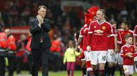 Manajer Manchester United, Louis van Gaal (kiri), bersama Wayne Rooney dan Kai, usai laga kontra Bournemouth, di Stadion Old Trafford, Rabu (18/5/2016) dini hari WIB. Masa depan di Setan Merah terancam setelah hasil tak memuaskan pada dua musim terakhir.