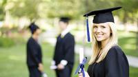 Berikut ini 10 selebritis yang mempunyai gelar PhD, yang sangat sukses dengan karir mereka dan bisa membuktikan gelar doktor mereka.