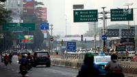 Kendaraan melintasi kawasan sistem ganjil genap di Jalan S Parman, Jakarta, Rabu (1/8). Pemprov DKI hari ini resmi memberlakukan sistem ganjil genap mulai pukul 06.00 WIB hingga 21.00 WIB setiap hari atau Senin hingga Minggu. (Liputan6.com/Johan Tallo)