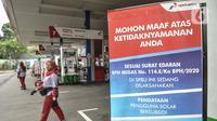 Banner informasi pendataan pengguna solar bersubsidi terlihat di dekat petugas yang tengah bekerja di salah satu SPBU di Jakarta, Rabu (17/2/2021). Kementerian ESDM juga mencatat, pemanfaatan biodiesel telah memberikan perangkat sekitar Rp38,31 triliun. (merdeka.com/Iqbal S. Nugroho)