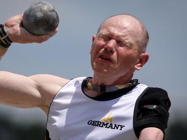 Ekspresi prajurit dari Jerman saat melakukan tolak peluru dalam Olimpiade Invictus di Orlando, Florida, AS (10/5). Sejumlah prajurit yang kehilangan anggota tubuhnya bersaing dalam Olimpiade Invictus di Florida. (REUTERS / Carlo Allegri)