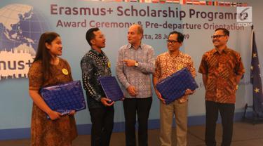 """Charge d'affaires a.i., Delegation of the European Union to Indonesia and Brunei Darussalam Charles-Michel Geurts (tengah) berbincang kepada penerima beasiswa saat """"Award Ceremony, Pre-Deperture Orientation and Alumni Gathering di Jakarta, Minggu (28/7/2019). (Liputan6.com/Angga Yuniar)"""